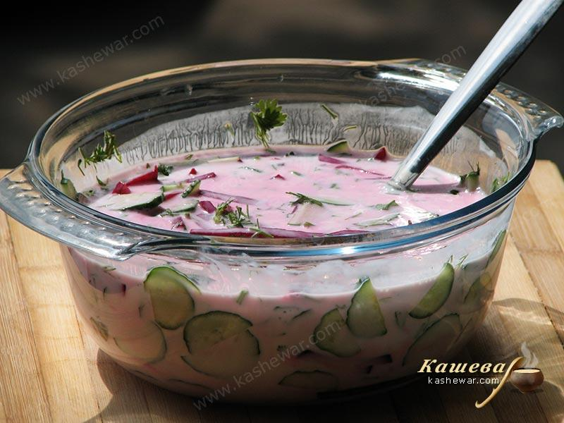 Mixing the ingredients of borscht with kefir