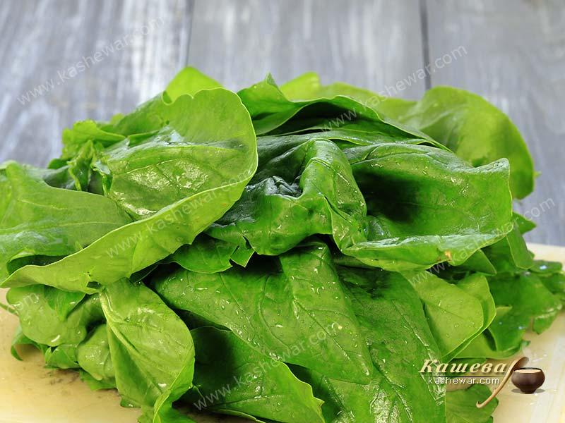 Spinach leaves on chalkboard