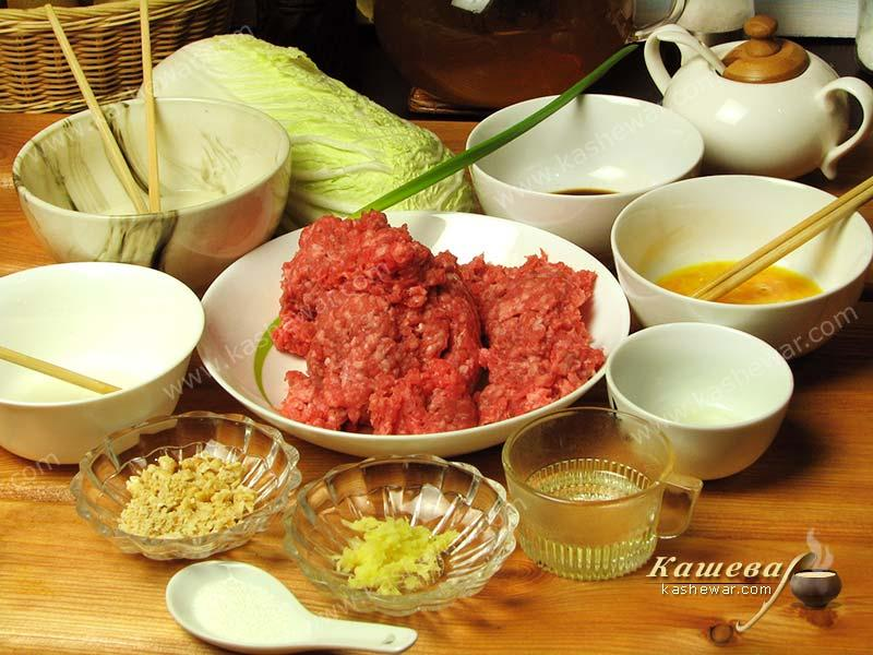 Preparation of ingredients for the lion's head meatballs recipe
