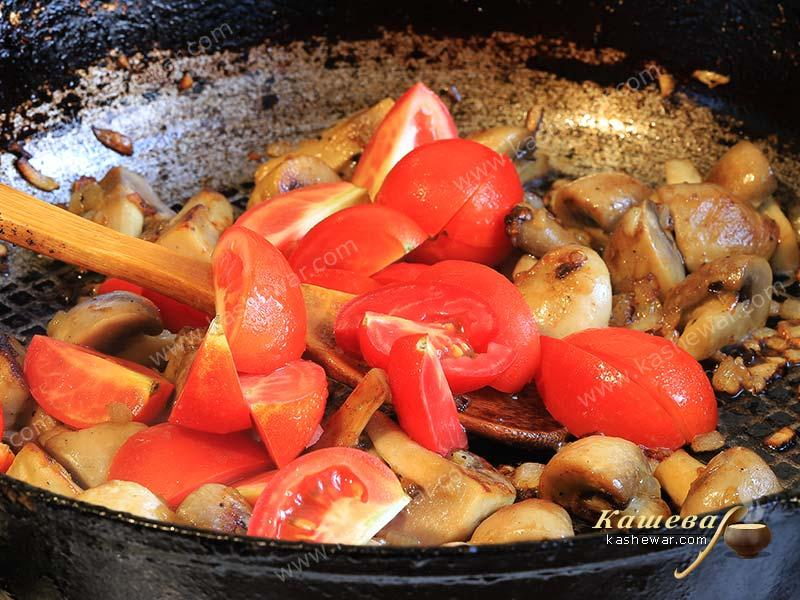 Tomatoes with onions and mushrooms