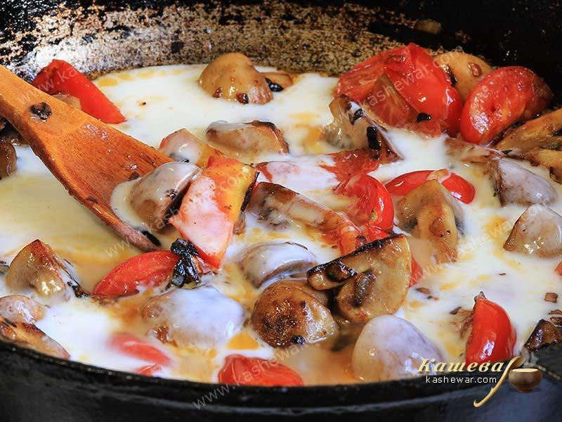 Stewed mushrooms with tomatoes