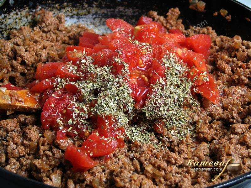 Tomatoes in their own juice were added to the minced meat