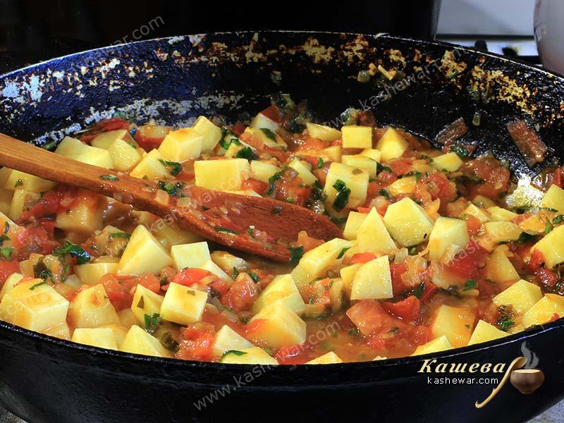 Potatoes stewed with tomatoes and spices