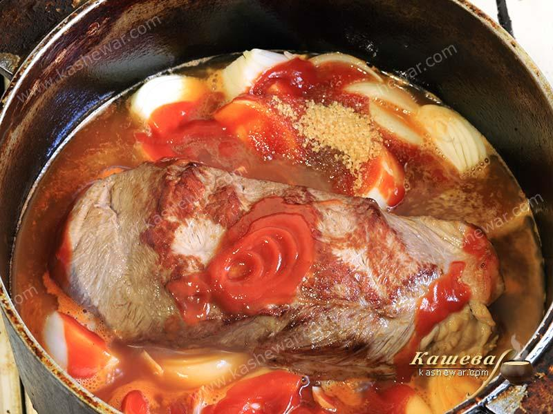 Beef brisket with onion and ketchup