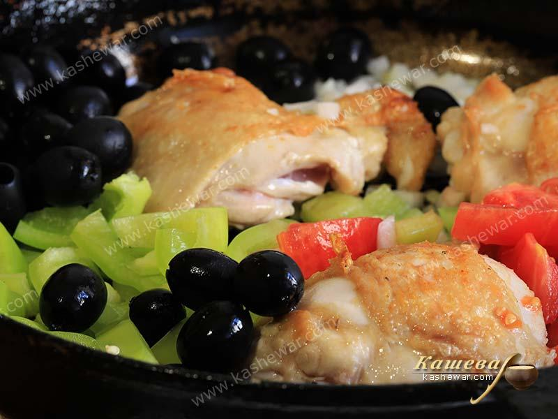Chicken with olives and bell peppers