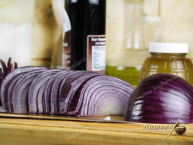 Thinly sliced purple onion