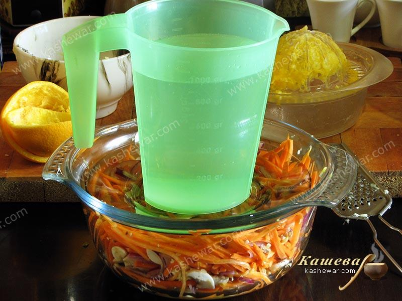 Marinating carrots with vegetables under pressure