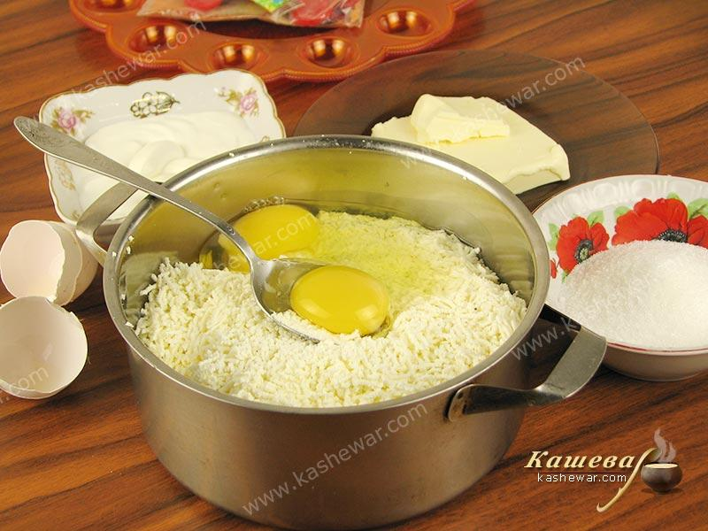 Cottage cheese mixed with eggs
