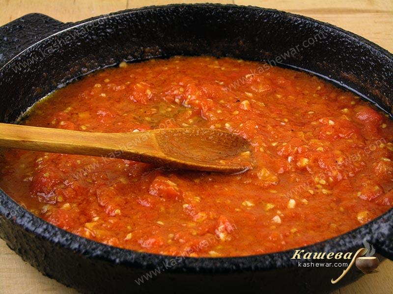 Cooking pizza sauce in a pan