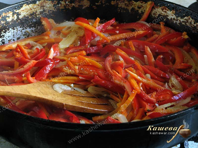 Carrot and bell pepper, cuted into strips, in a frying pan