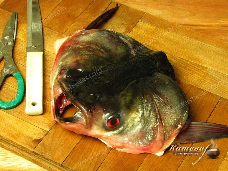 Fish head cutting