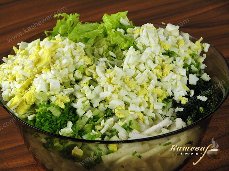 Mix radish with lettuce, boiled eggs and herbs