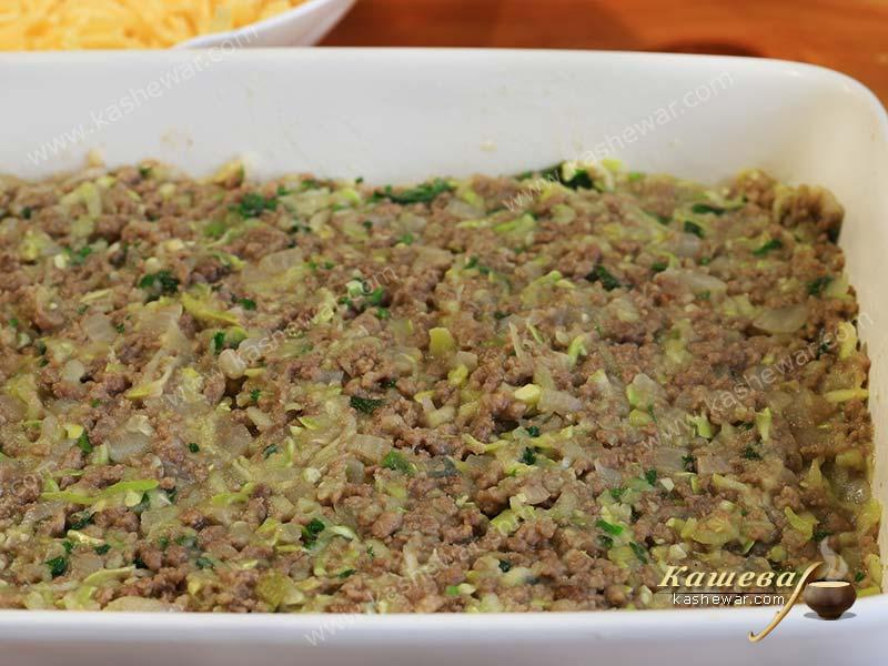 Minced meat with vegetables in a baking dish