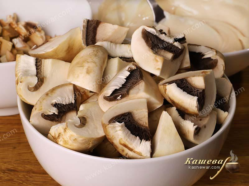 Coarsely chopped champignons