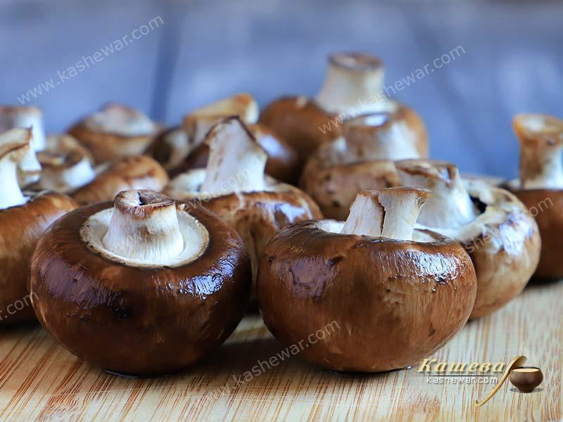 Champignons with a brown hat