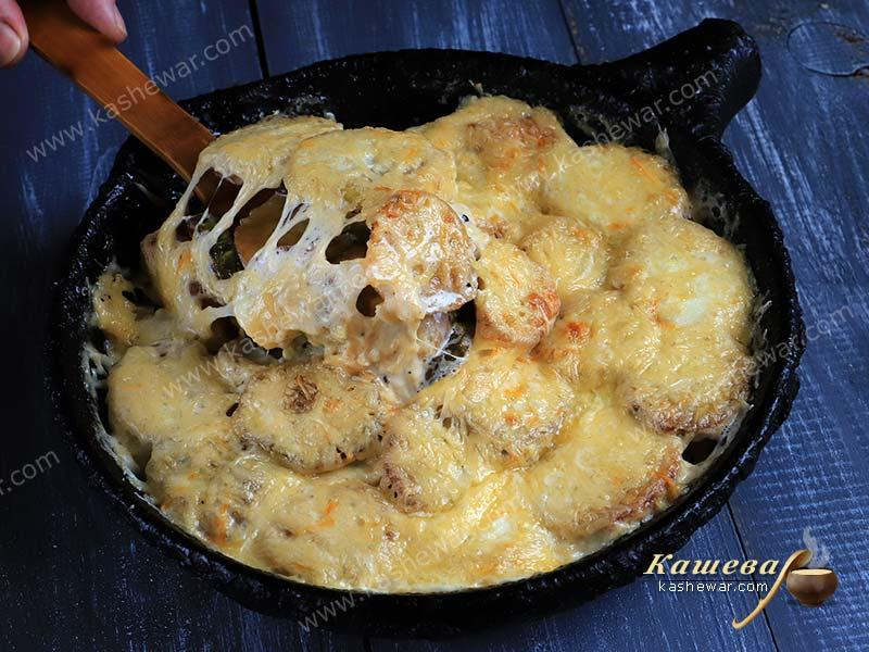 Potatoes baked with zucchini
