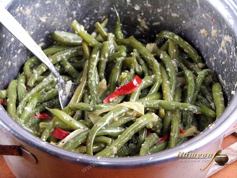 Beans salad dressed with butter